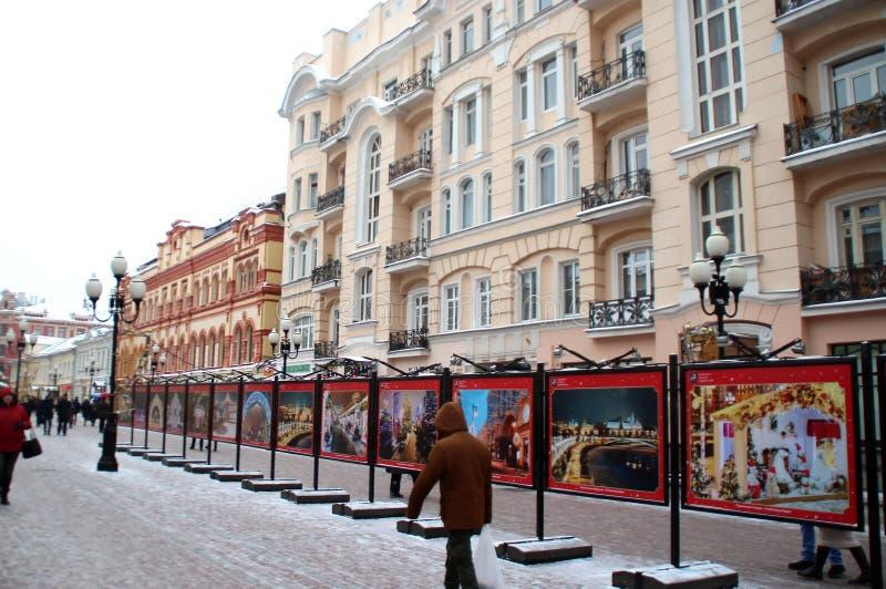 Soporte con las fotos que representan las vistas de Moscú con las instalaciones de la Navidad imagenes de archivo