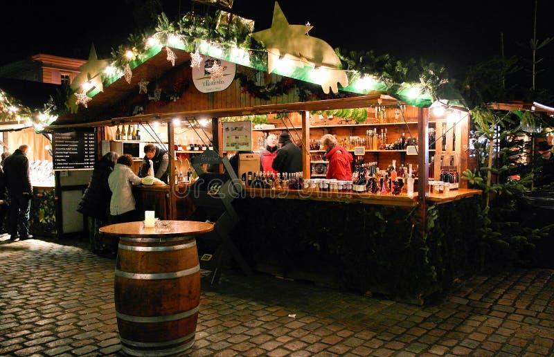 Soporte con los licores en mercado de la Navidad foto de archivo