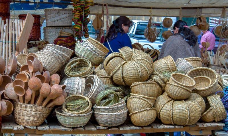 Soporte de cestas handcrafted en un mercado fotografía de archivo