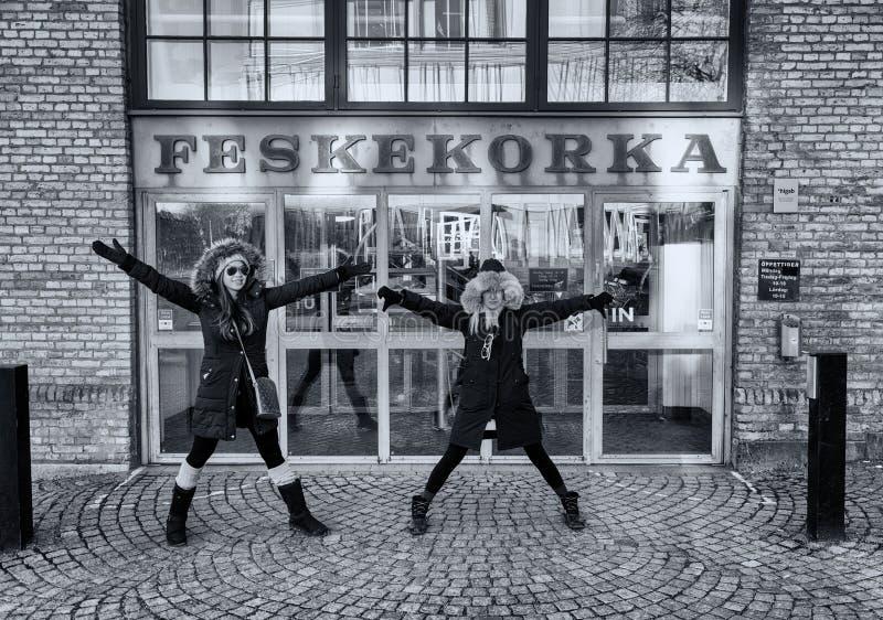 Soporte de dos mujeres delante del mercado de pescados Feskekorka Gothenburg, Suecia fotografía de archivo