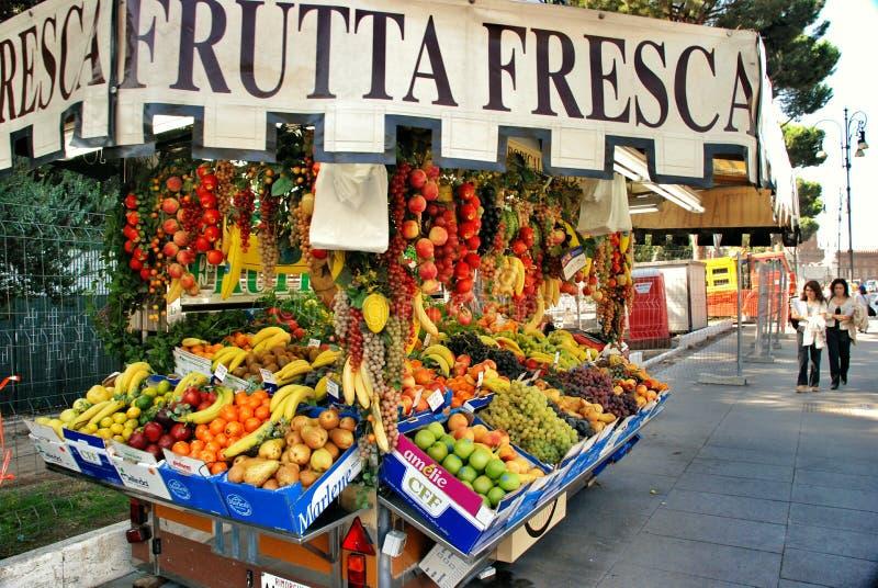 Soporte de fruta en Roma imagen de archivo libre de regalías