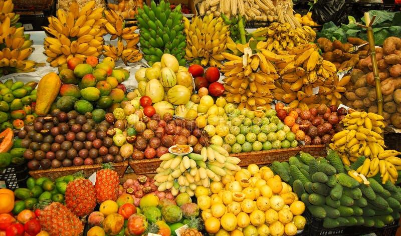 Soporte de fruta tropical fotos de archivo libres de regalías