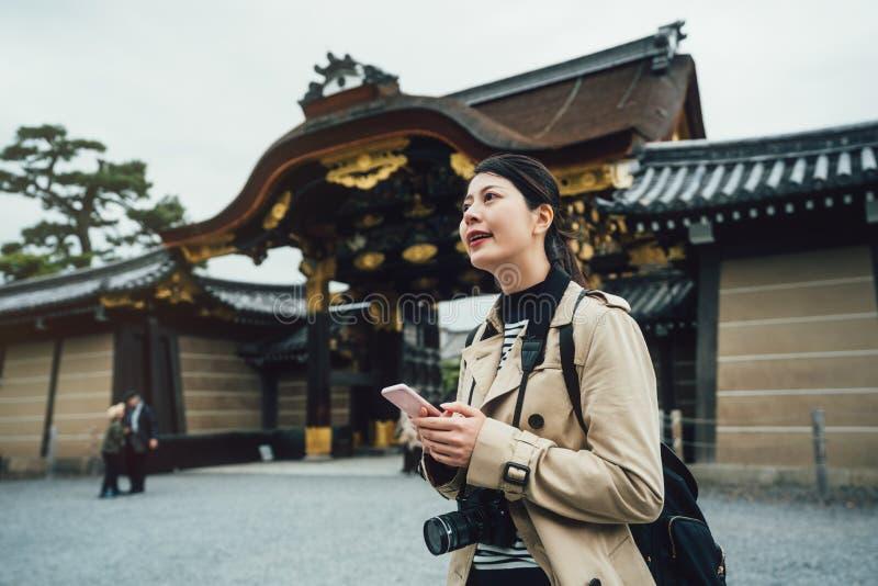 Soporte de la cámara del fotógrafo que lleva cerca del jo del nijo fotografía de archivo