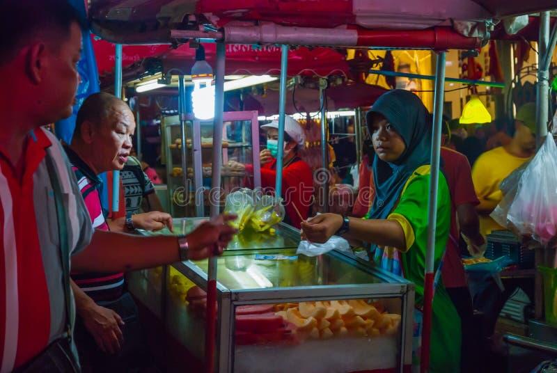 Soporte de la comida en el mercado de la noche, Tailandia imagenes de archivo