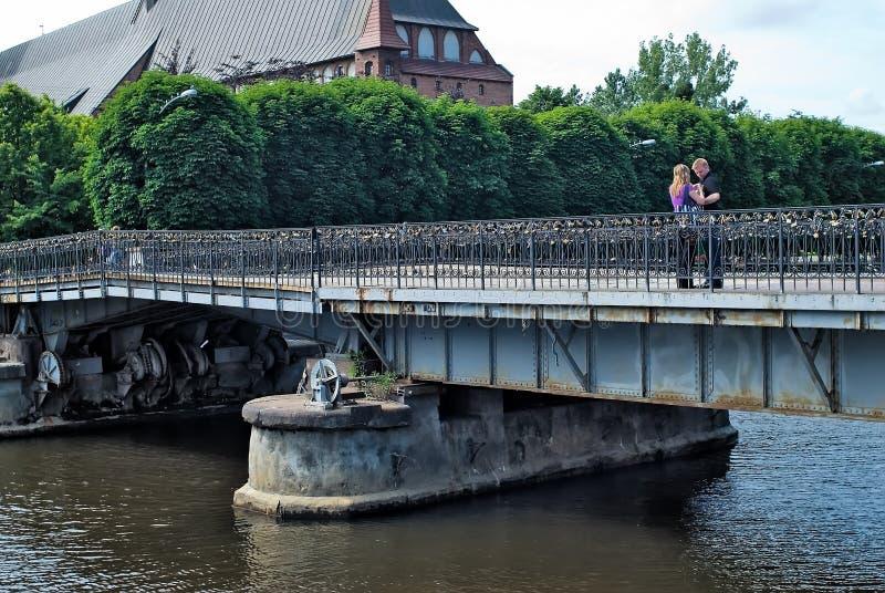 Soporte de la familia en el puente de Medovy Kaliningrado Rusia fotografía de archivo libre de regalías