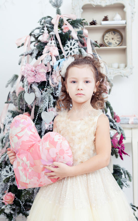 Soporte de la muchacha cerca de un abeto de la Navidad fotografía de archivo