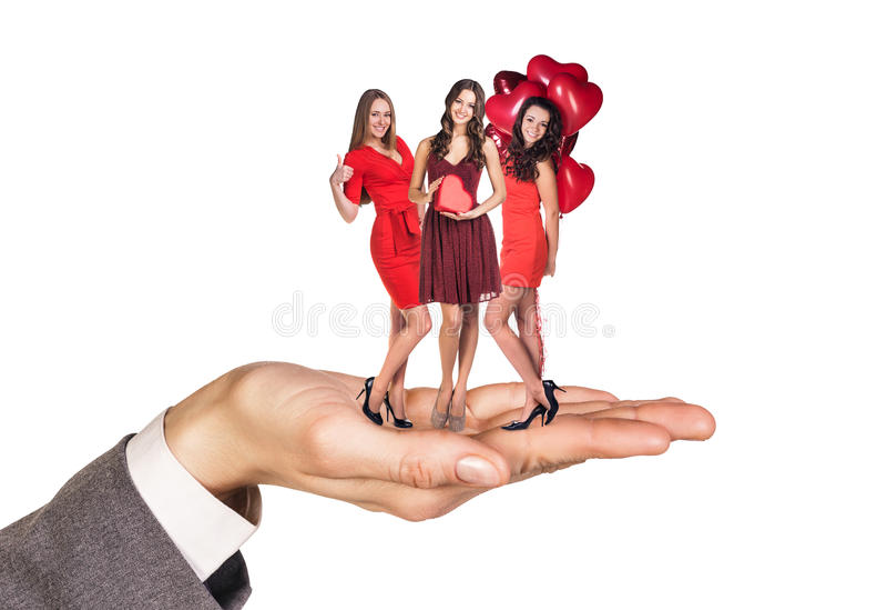 Soporte de las mujeres jovenes en la palma grande imagenes de archivo