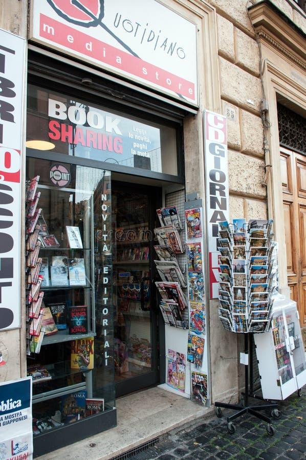 Soporte de los periódicos y de la revista en Roma imágenes de archivo libres de regalías