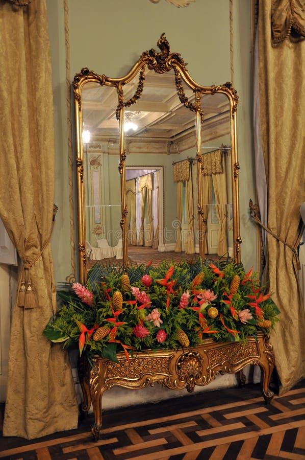 Soporte de oro adornado del espejo fotos de archivo libres de regalías