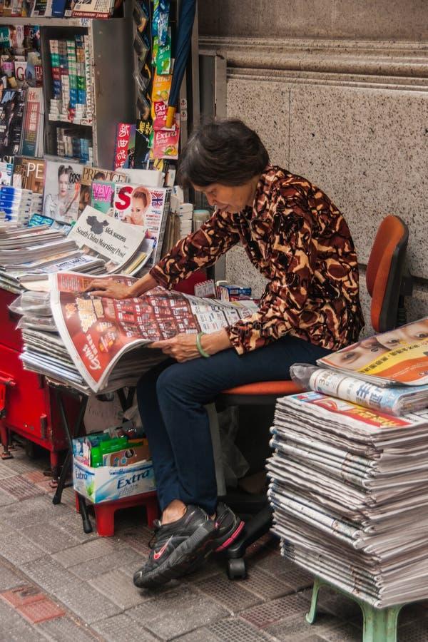 Soporte de periódico en la central del camino del DES Voeux, Hong Kong Island, China imagenes de archivo