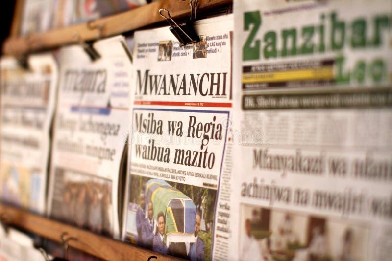 Soporte de periódico en Zanzíbar imagenes de archivo