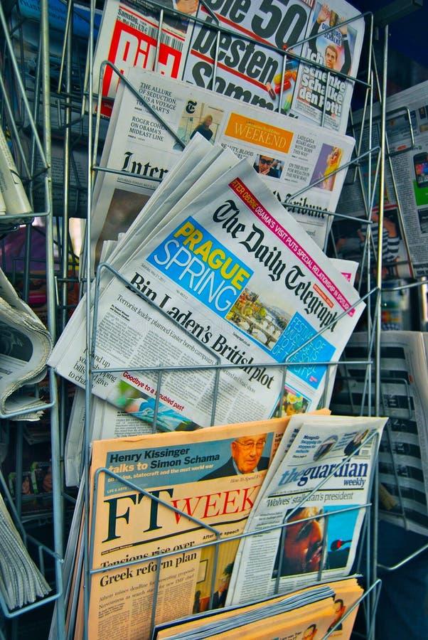Soporte de periódicos internacional en Europa imagen de archivo libre de regalías