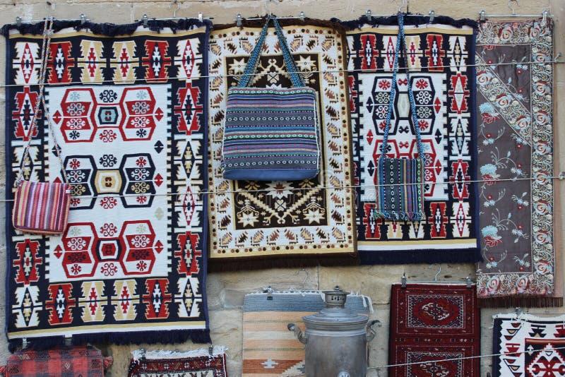 Soporte de recuerdo en la ciudad vieja de Baku imágenes de archivo libres de regalías