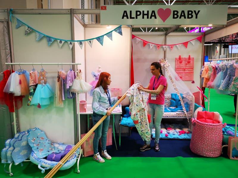 Soporte del bebé de la alfa en la demostración Bucarest del baby boom foto de archivo libre de regalías