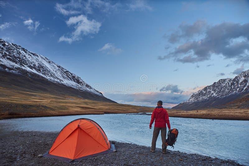 Soporte del caminante en acampar en las montañas durante primavera fotografía de archivo