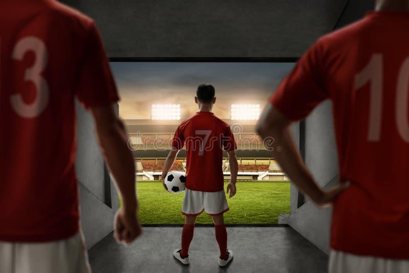 Soporte del equipo de los jugadores de fútbol en la entrada del estadio fotos de archivo libres de regalías