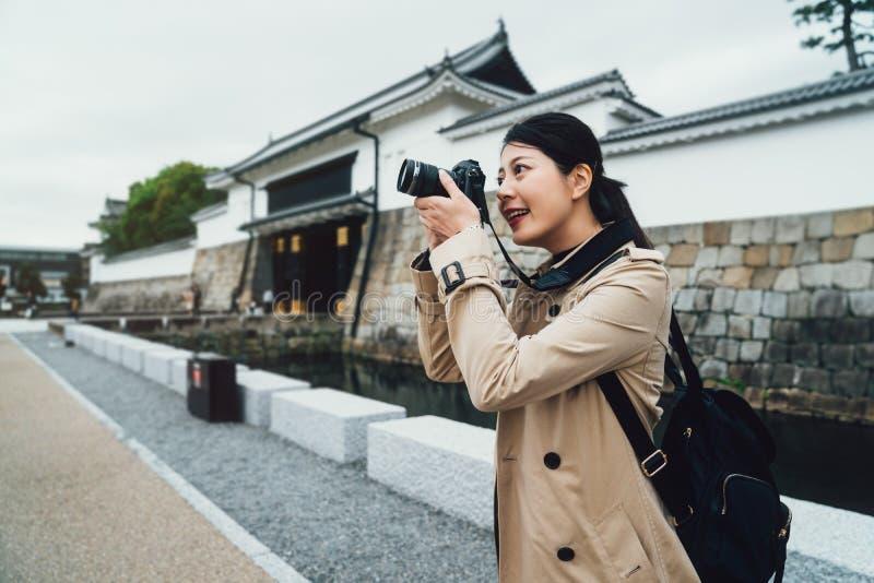 Soporte del fotógrafo fuera del castillo japonés del nijo imagenes de archivo