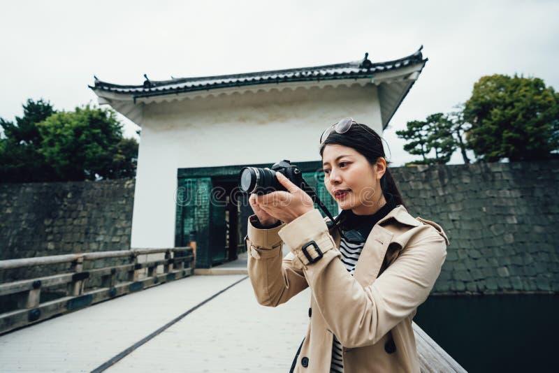 Soporte del fotógrafo del viaje en castillo del nijo del puente imagen de archivo libre de regalías