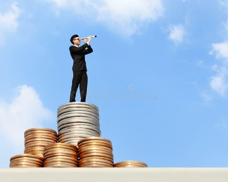 Soporte del hombre de negocios en el dinero fotografía de archivo