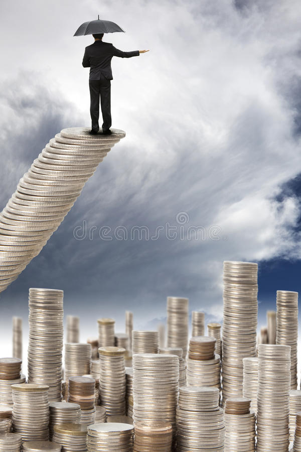 Soporte del hombre de negocios en la escalera del dinero fotos de archivo libres de regalías