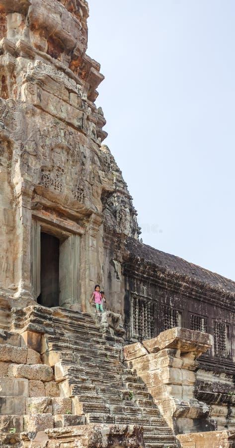 Soporte del niño en la entrada de la torre, Angkor Wat, Siem Reap, Camboya foto de archivo