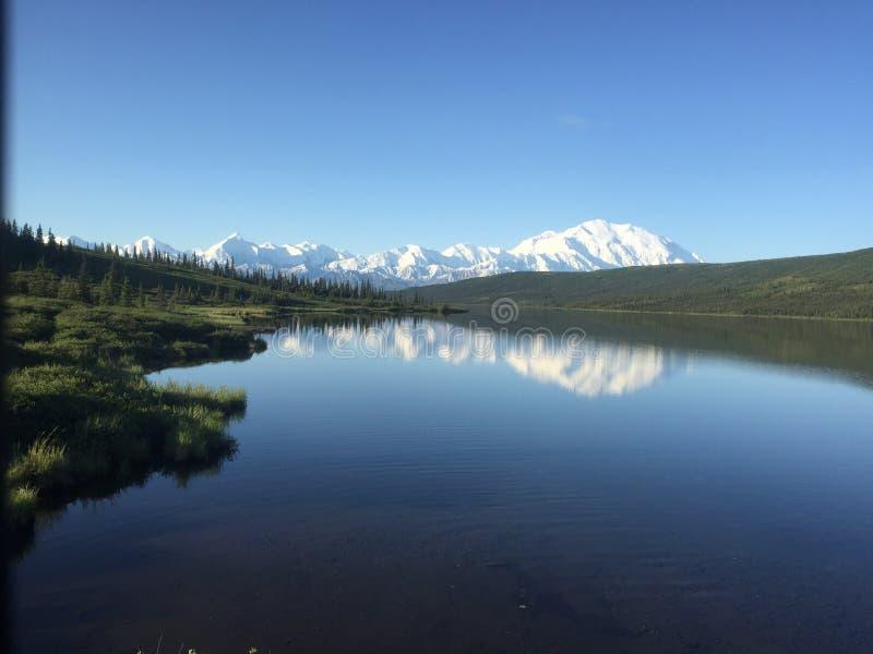 Soporte Denali que refleja en el lago Alaska wonder foto de archivo libre de regalías