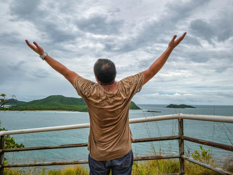 Soporte gordo asiático del viajero en punto de vista con el océano idílico tropical y el cielo blanco de la nube en tiempo de vac imágenes de archivo libres de regalías