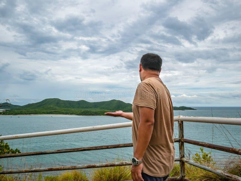 Soporte gordo asiático del viajero en punto de vista con el océano idílico tropical y el cielo blanco de la nube en tiempo de vac imagen de archivo