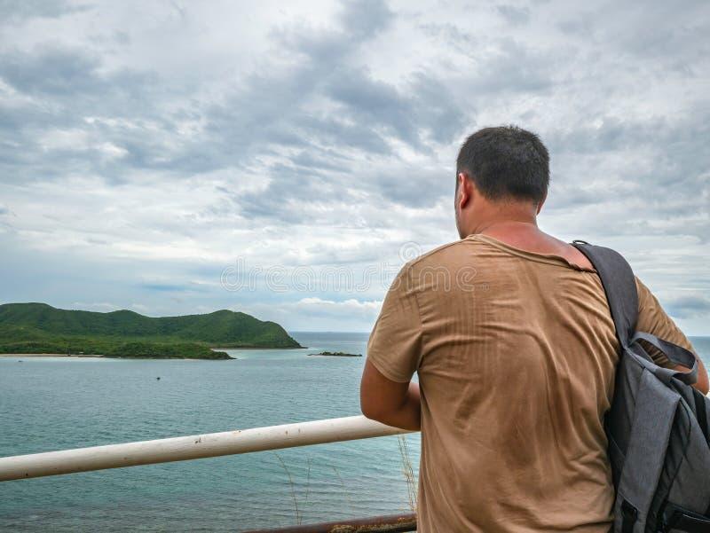 Soporte gordo asiático del viajero en punto de vista con el océano idílico tropical y el cielo blanco de la nube en tiempo de vac imagen de archivo libre de regalías