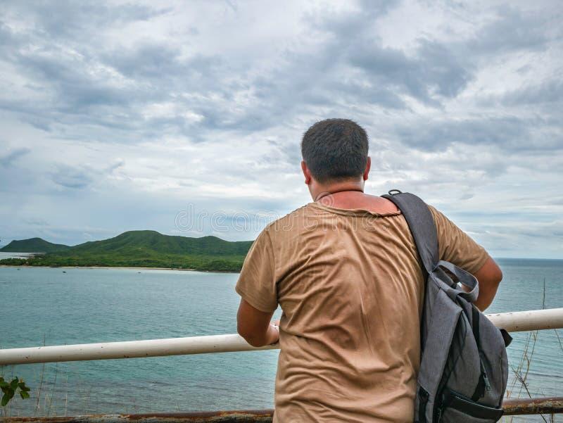 Soporte gordo asiático del viajero en punto de vista con el océano idílico tropical y el cielo blanco de la nube en tiempo de vac imagenes de archivo