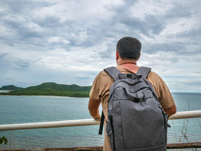 Soporte gordo asiático del viajero en punto de vista con el océano idílico tropical y el cielo blanco de la nube en tiempo de vac foto de archivo libre de regalías