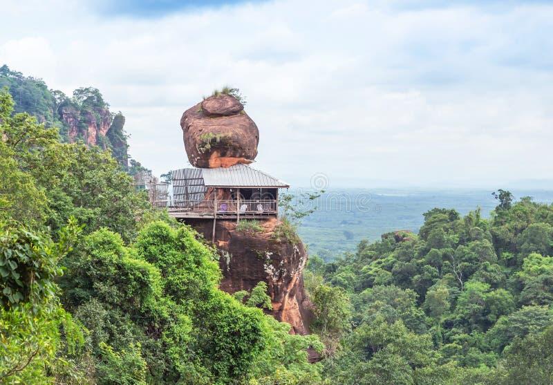 Soporte grande de la piedra arenisca en la montaña del acantilado en el wat Phuthok o el viharn Bueng Kan Province, Tailandia de  foto de archivo