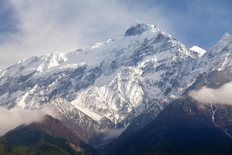 Soporte hermoso, rastro redondo del senderismo del circuito de Annapurna imagen de archivo libre de regalías