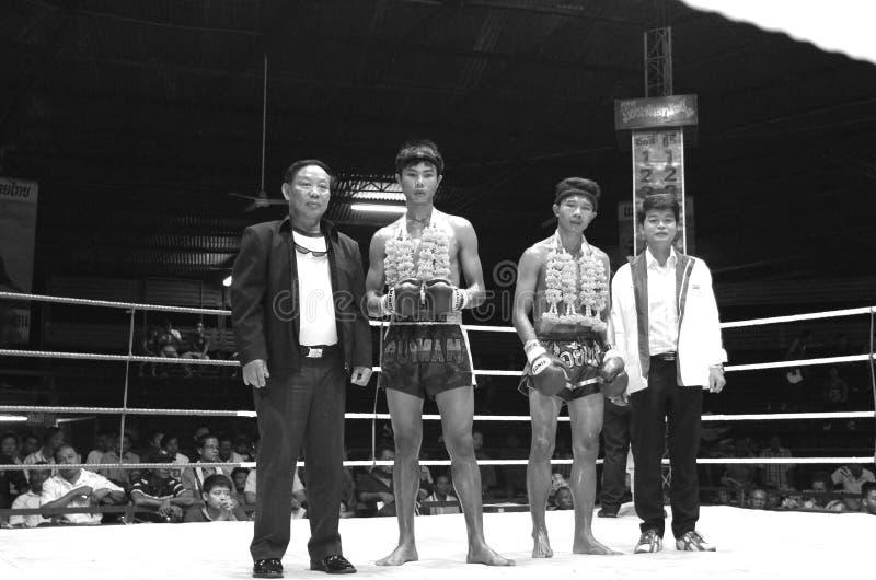 Soporte joven tailandés de los boxeadores con su patrocinador foto de archivo