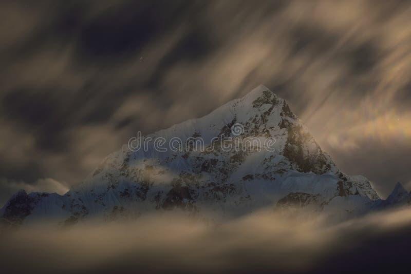 Soporte Lhotse por noche imagenes de archivo