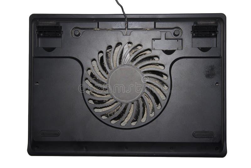 Soporte para el ordenador portátil de enfriamiento Cojín de enfriamiento polvoriento sucio para el cuaderno aislado en el fondo b imagen de archivo libre de regalías