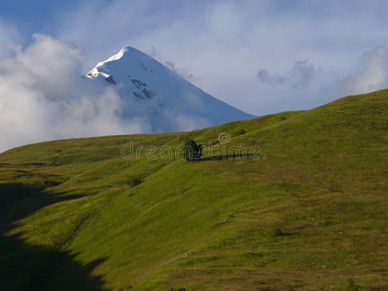 Soporte Tetnuldi, el Cáucaso georgiano fotografía de archivo