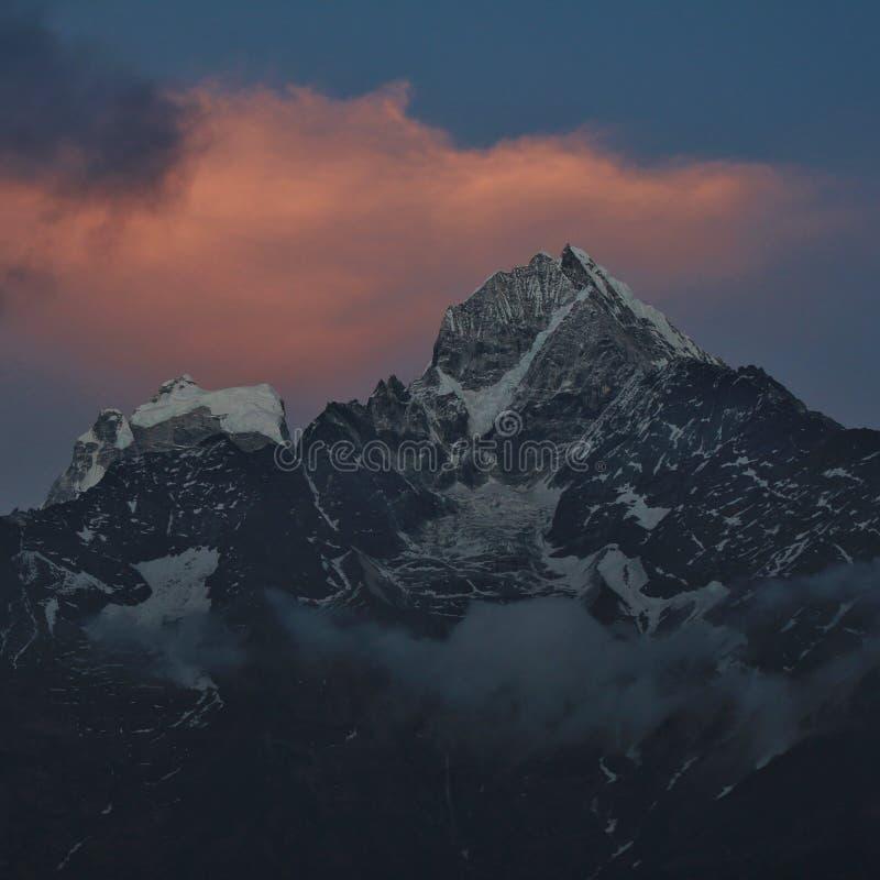 Soporte Thamserku en la puesta del sol imagen de archivo libre de regalías