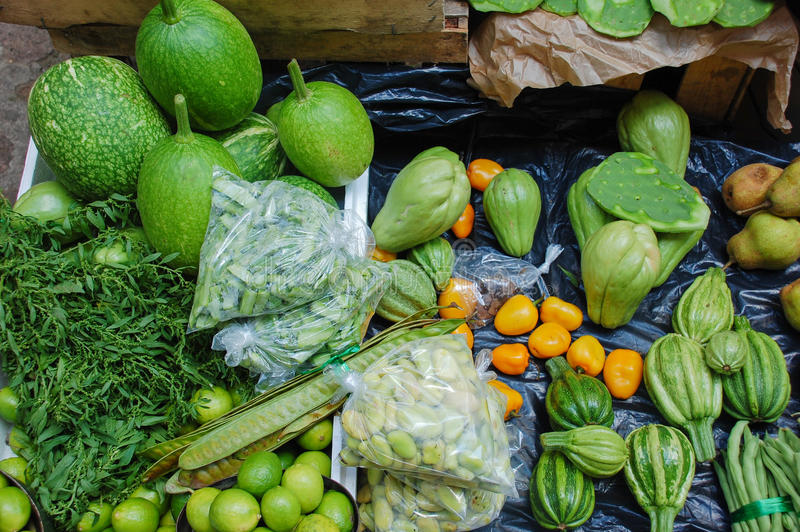 Soporte verde del mercado en un mercado mexicano imagen de archivo libre de regalías
