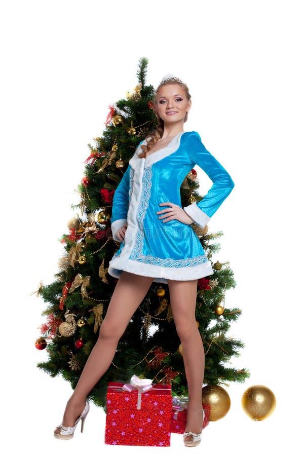Soporte virginal de la nieve joven con el árbol de abeto del Año Nuevo imagen de archivo libre de regalías