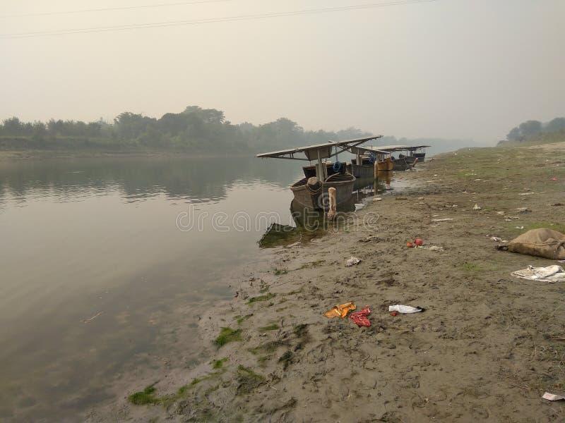 Soportes de los barcos en la orilla del río imágenes de archivo libres de regalías