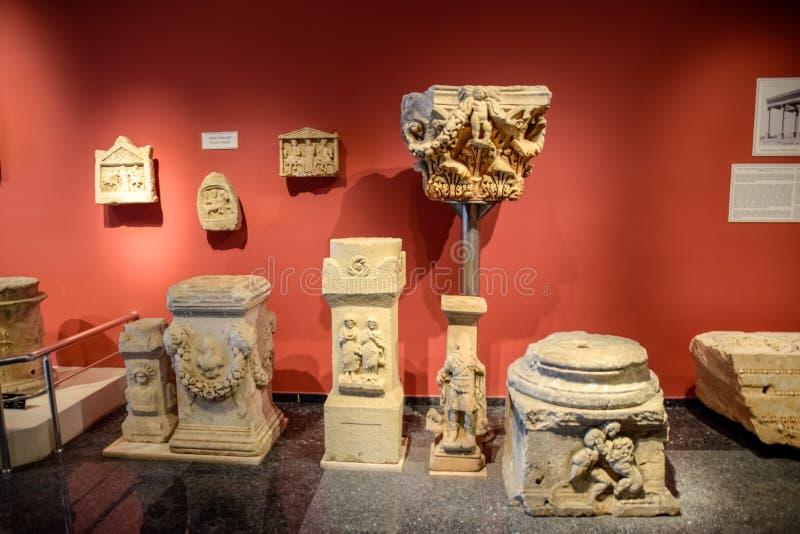 Soportes para las columnas y altares en bajorrelieves antiguos en el museo de las antigüedades del antiqualia foto de archivo libre de regalías