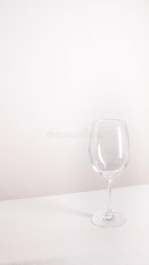 Soportes vac?os aislados de la copa de vino en fondo gris imagenes de archivo