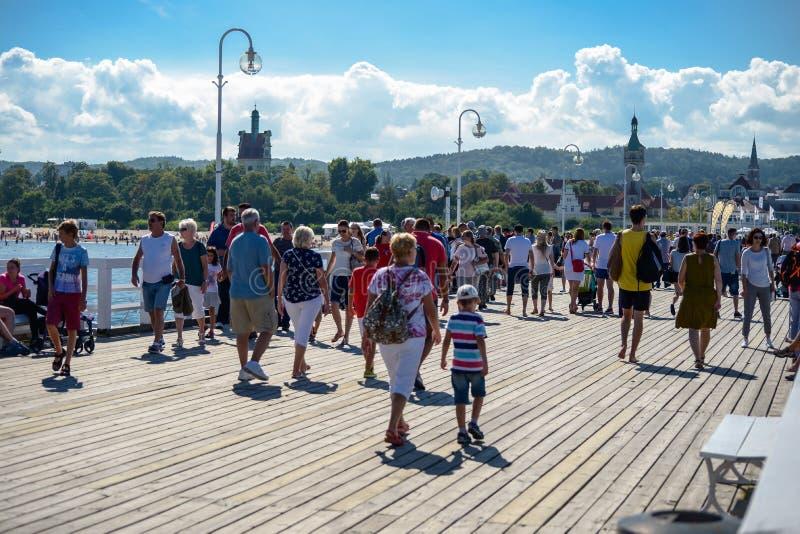 Sopot, Польша 24-ое августа 2016 Толпа людей на популярной пристани в Sopot на главной прогулке города стоковые изображения rf