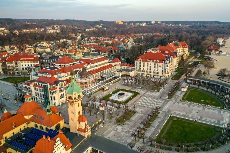 Sopot, Polônia - 3 de abril de 2019: O centro de Sopot capturou com um zangão na mola fotos de stock royalty free
