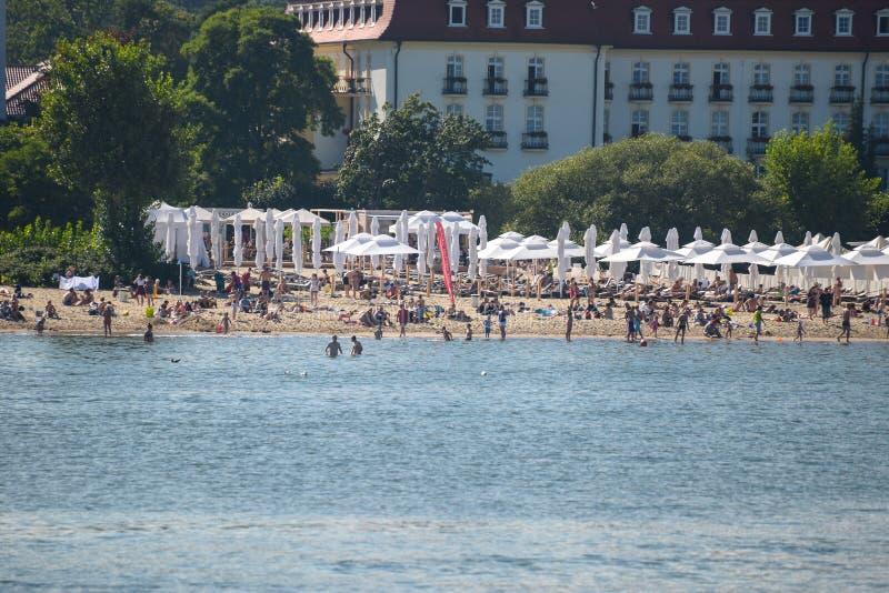 Sopot, Polônia 24 de agosto de 2016 Uma praia aglomerada no beira-mar polonês na cidade de beira-mar popular de Sopot Alta intens imagens de stock