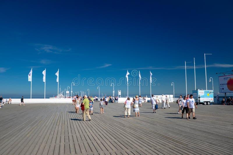 Sopot, Polen am 24. August 2016 Eine Menge von Leuten auf dem populären Pier in Sopot auf der Hauptpromenade der Stadt stockfoto