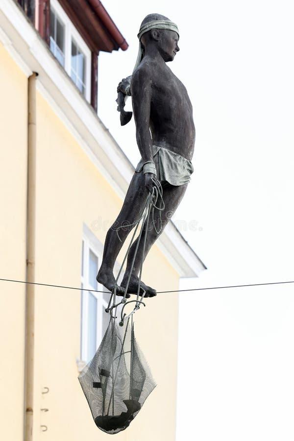 Sopot, Polen. Skulptur des Fischers zwischen lebenden Häusern stockfotografie