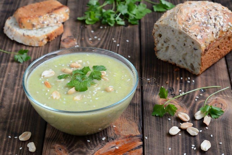 Soppa av zucchinin och jordnötter arkivfoto