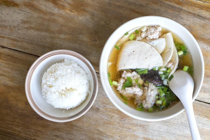 Soppa för den bästa sikten med ärret, ärrpinnen, champinjonen, grönsak i den vita bunken nära har ris i liten bunke på trätabelle fotografering för bildbyråer